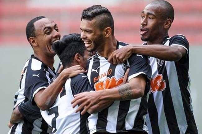 Atlético-MG marca no fim e derrota Cruzeiro no Mineirão