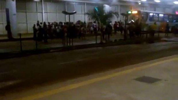 Usuários do transporte coletivo protestam contra atraso de ônibus no Terminal Garavelo
