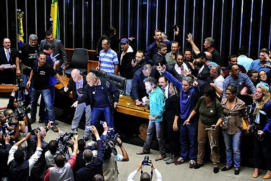 Manifestantes invadem plenário da Câmara contra medidas do pacote anticorrupção