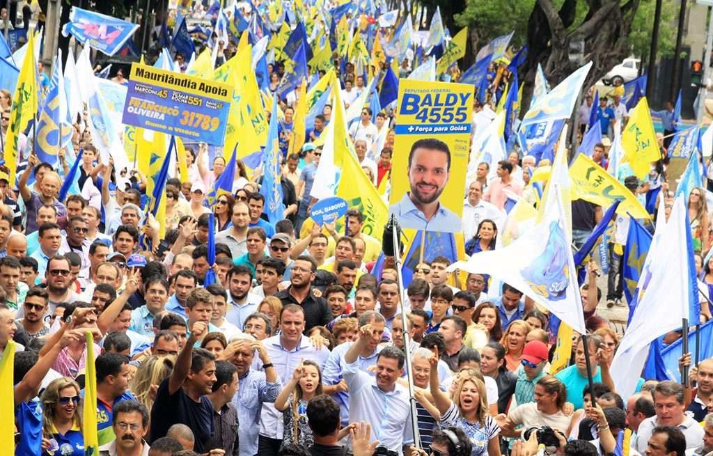 Cerca de 20 mil pessoas  participam de caminhada ao lado  Marconi