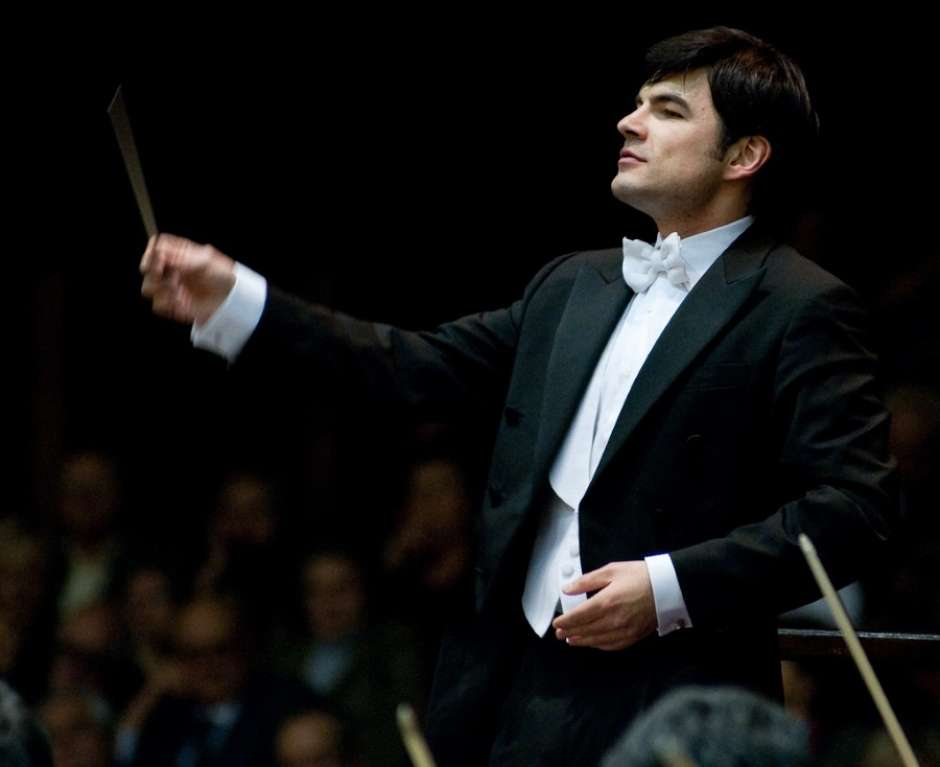 Italiano Matteo Pagliari rege Orquestra Filarmônica de Goiás