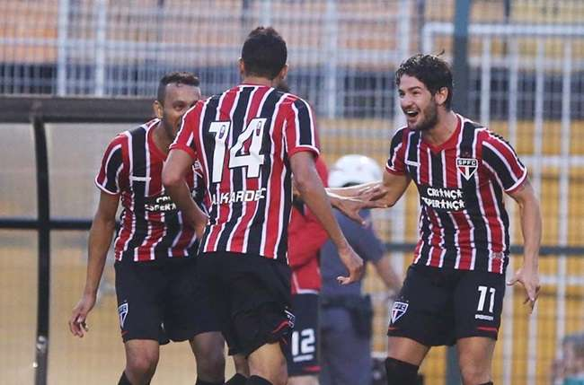 São Paulo marca no fim e amplia crise no Palmeiras
