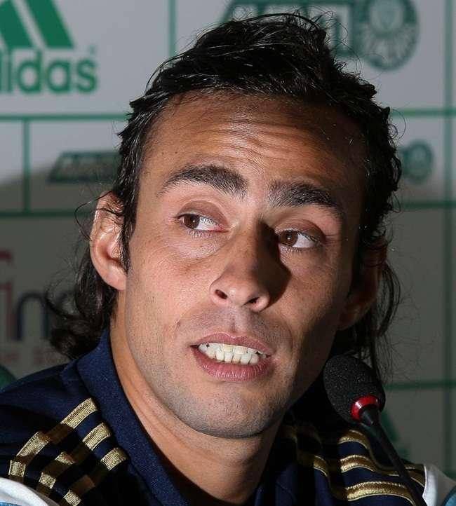 Valdivia faz tratamento e Wesley não treina com bola