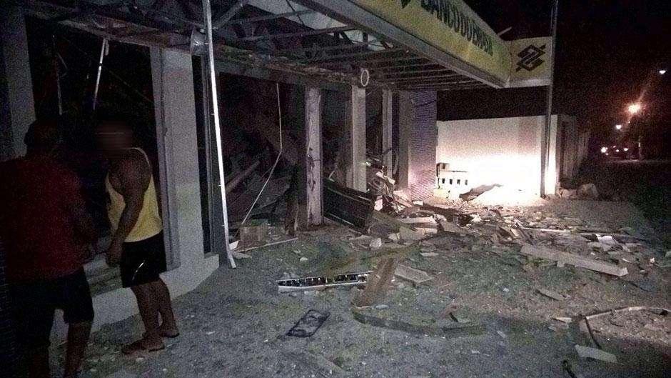 Bandidos armados fazem moradores reféns e explodem caixas eletrônicos em Cavalcante