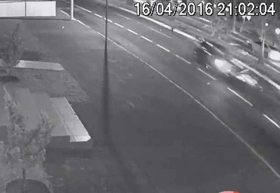 Video mostra o momento em que motociclista é atingida por carro na Avenida 85