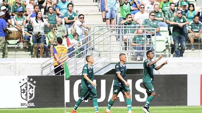Em Arena lotada, Goiás surpreende e bate Palmeiras