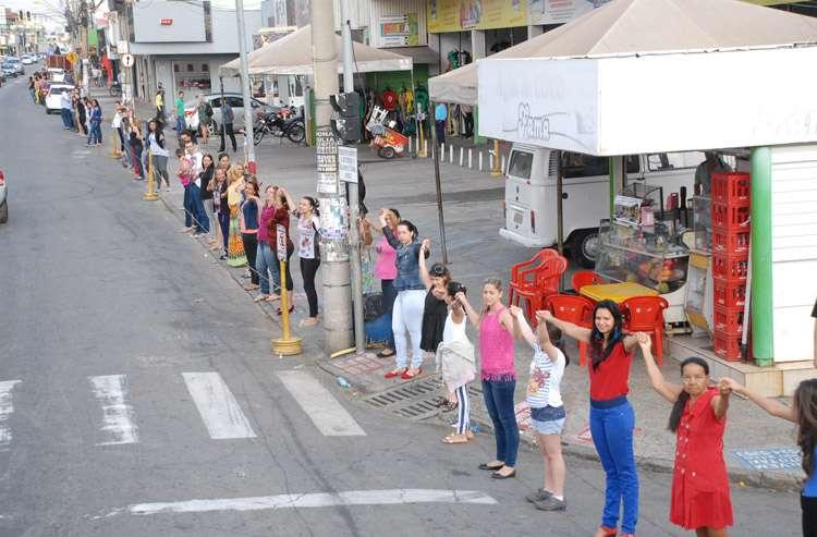Comerciantes dão abraço coletivo na Avenida Bernardo Sayão