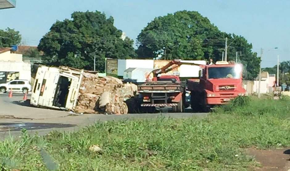 Tombamento de caminhão causa transtornos no anel viário