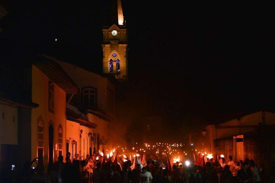 Procissão do Fogaréu reúne milhares de fiéis na cidade de Goiás