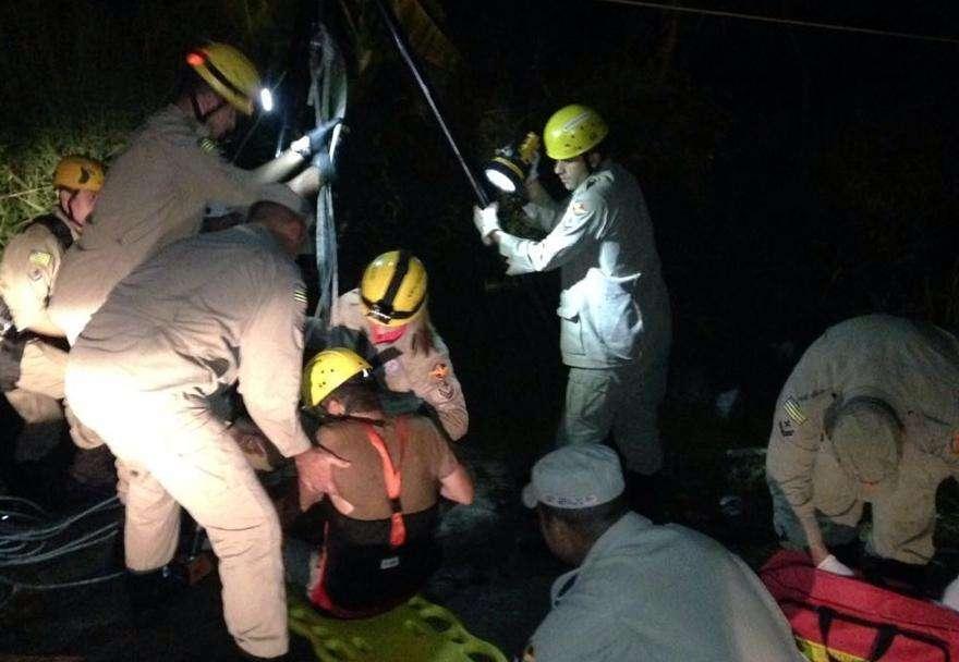 Bombeiros resgatam homem que caiu em cisterna em Goiânia