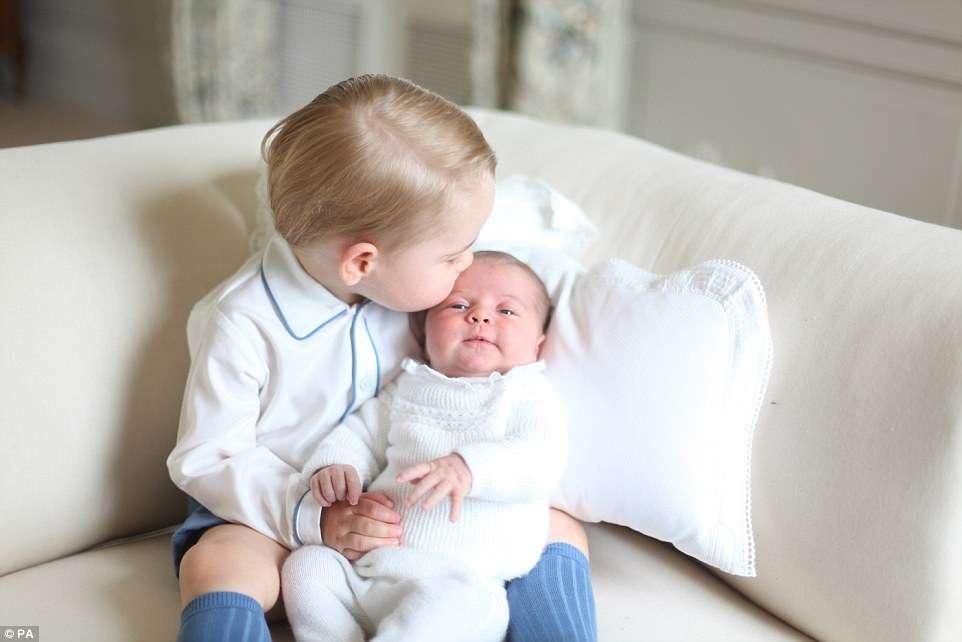 Primeiras fotos da princesa Charlotte junto com o irmão são divulgadas