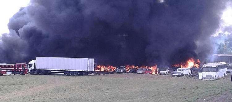 Incêndio atinge carros em pátio de empresa na Vila Galvão, em Senador Canedo