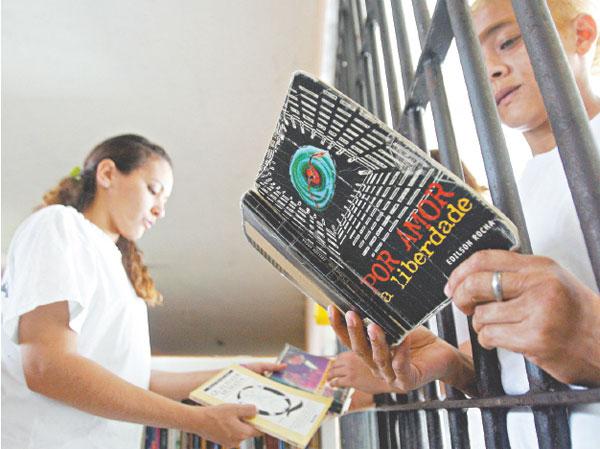 MEC e Supremo debatem doação de livros para 40 presídios