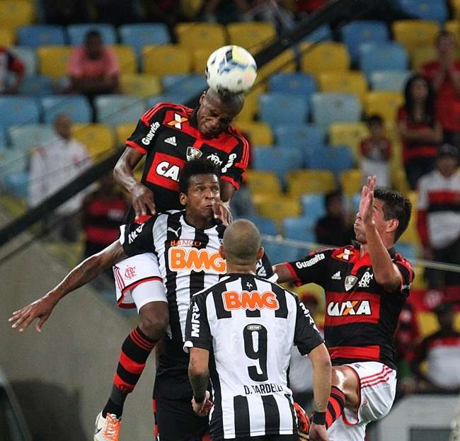 Fla vence Atlético-MG de virada e fica longe da degola