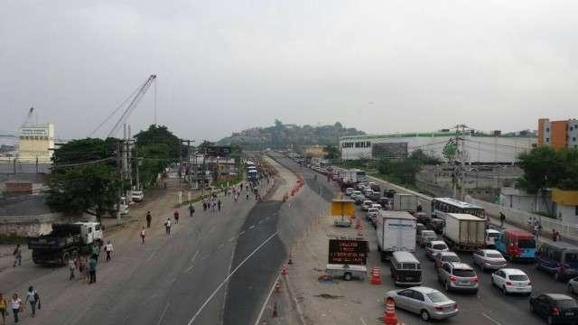 MTST fecha rodovia no Rio para protestar contra ajuste fiscal do governo