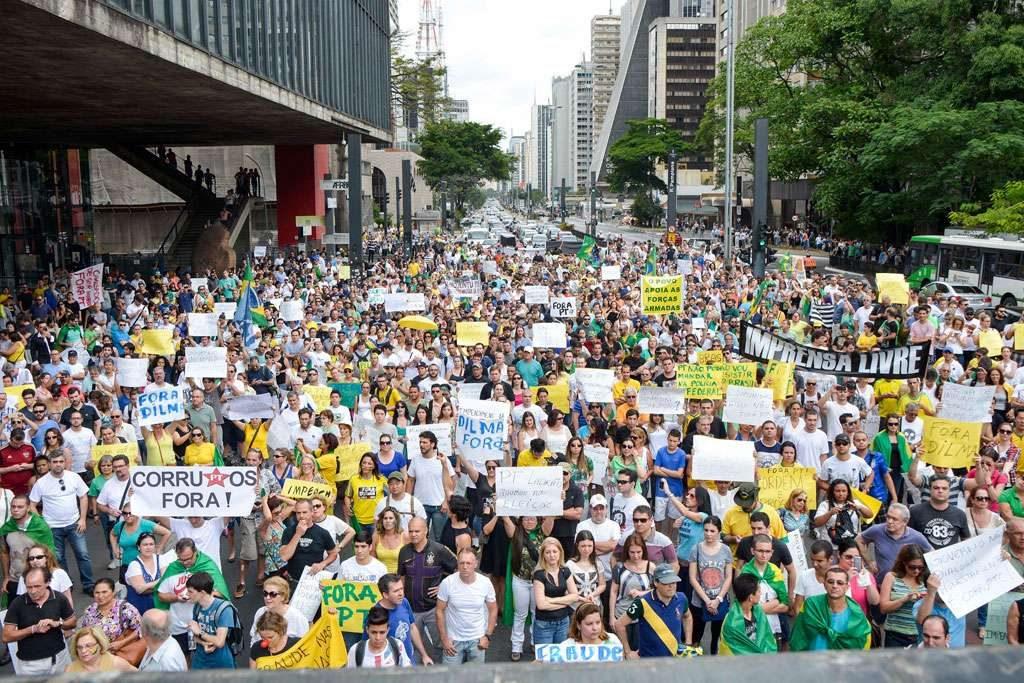 Protesto pedindo o impeachment da presidente Dilma fecha Avenida Paulista, em SP