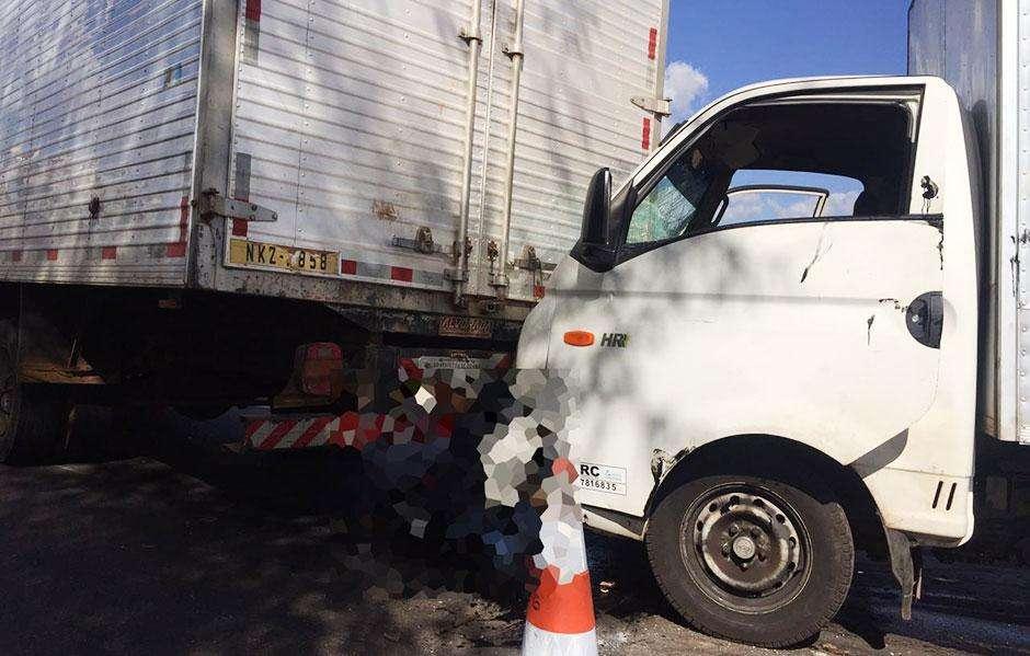 Engavetamento envolvendo 10 veículos deixa pelo menos uma pessoa morta na BR-153