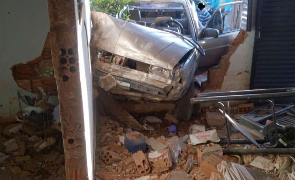 Carro desgovernado derruba portão e vai parar dentro de casa em Quirinópolis