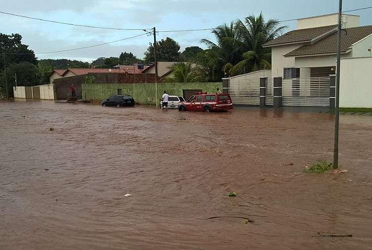 Chuva forte faz córrego transbordar em Iporá