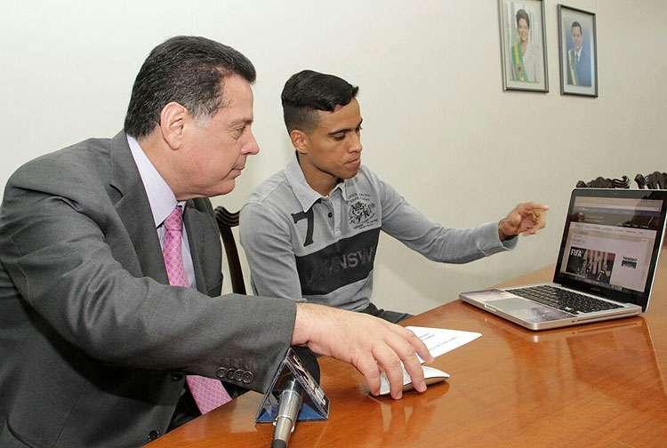 Marconi Perillo recebe o jogador Wendell Lira e pede que os goianos   o ajudem a conquistar prêmio de gol mais bonito do ano