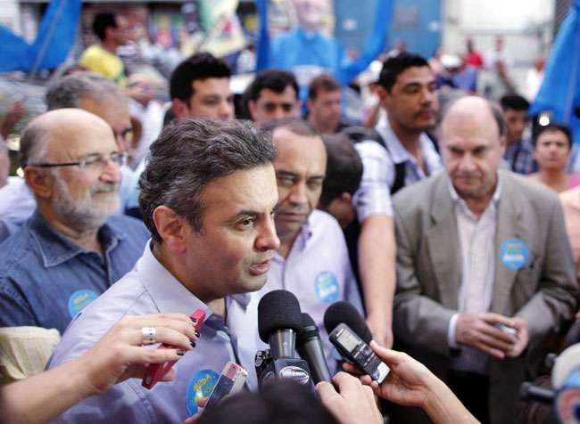 """""""Não sei se Dilma tem condição de andar na rua"""", disse Aécio Neves, durante caminhada no RJ"""