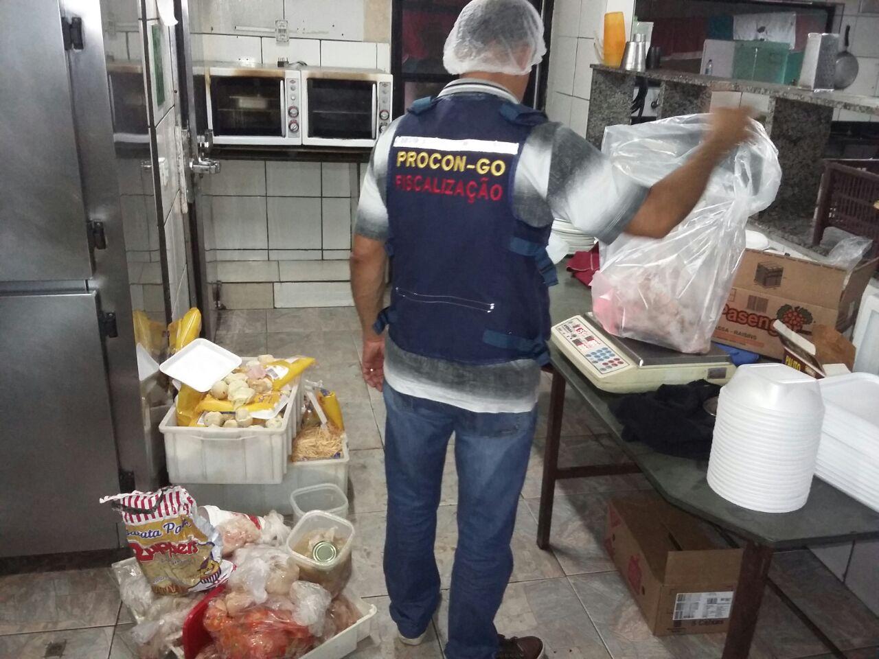 Restaurante no Setor Serrinha é interditado após a constatação de diversas irregularidades