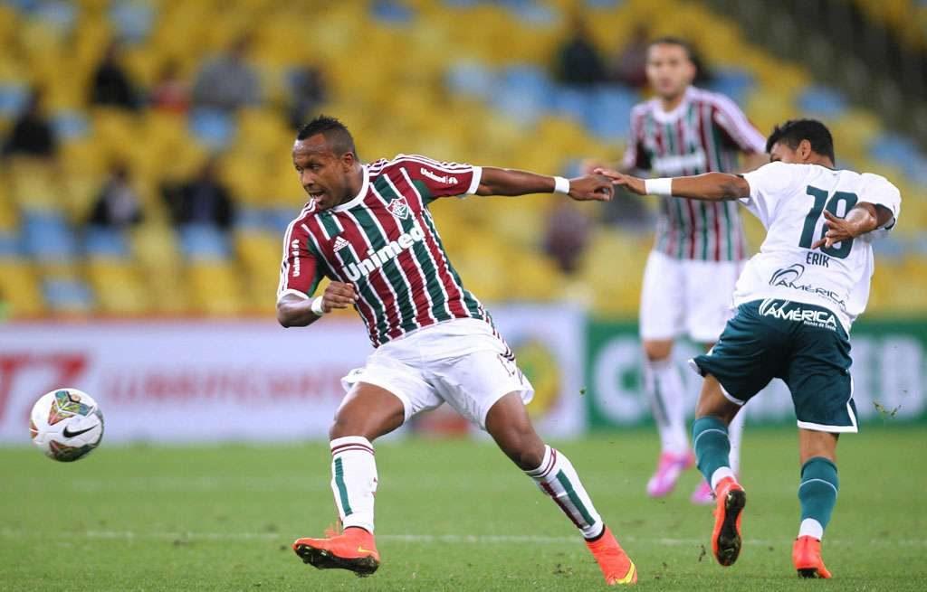 Goiás marca aos 48 do segundo tempo, perde para o Flu, mas se mantém vivo