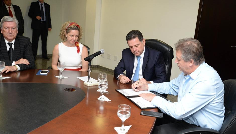 Marconi assina protocolo de intenções para a instação de mais uma indústria em Goiás