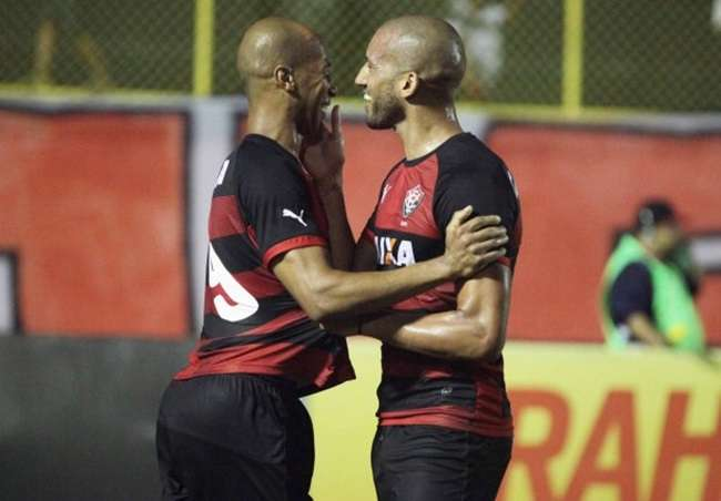Ameaçados de queda, Vitória e Coritiba ficam no 1 a 1