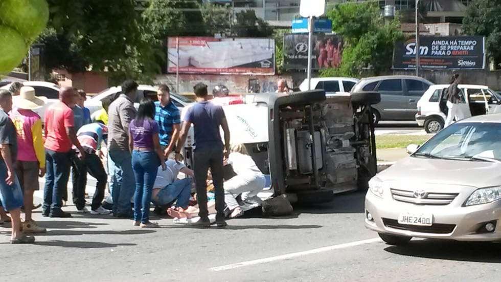 Ambulância tomba na Jamel Cecílio