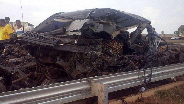 Colisão frontal entre carreta e caminhonete mata duas pessoas, na BR-060