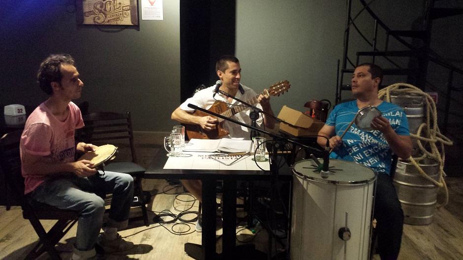 Lucas Borges e seu trio de samba tocam no Merkadão Paulista