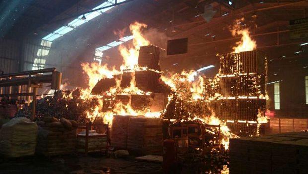 Bombeiros controlam incêndio em indústria de alimentos em Nerópolis