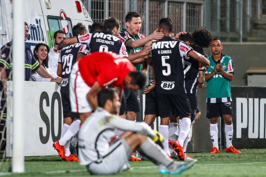 Atlético-MG vence o Inter e encosta de vez no Corinthians