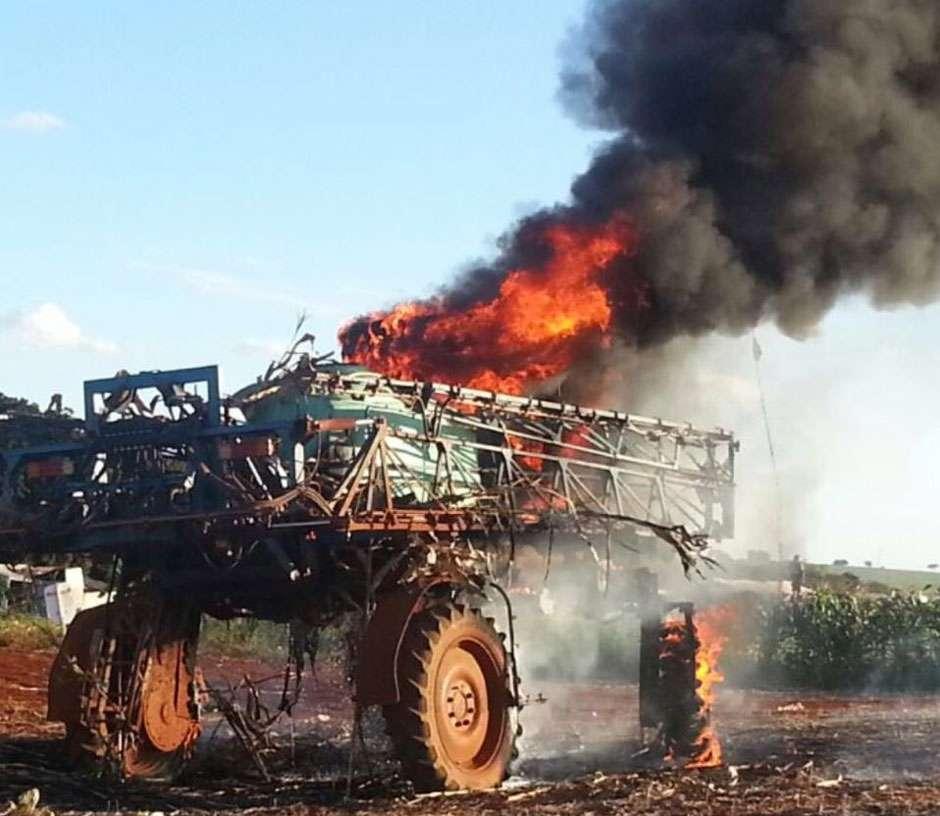 Tratores são queimados e funcionários são feitos reféns em ocupação de fazenda em Santa Helena