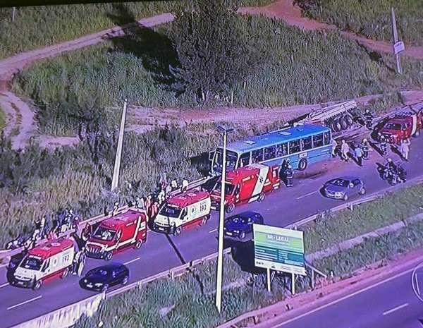 Acidente entre carreta, ônibus e carros deixa ao menos 11 feridos na BR-070