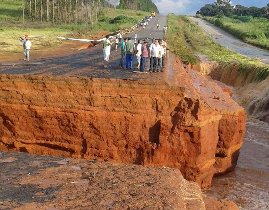 Estrutura de barragem de represa que se rompeu tinha problemas