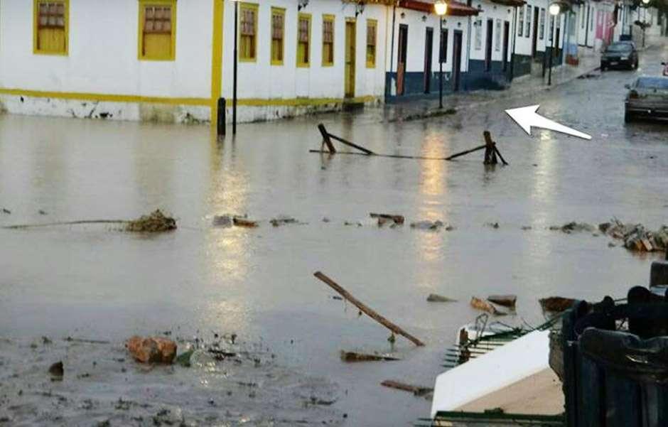Rio das Almas transborda e causa alagamentos em Pirenópolis