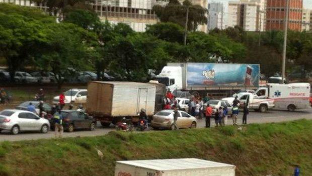 Acidente envolvendo caminhão e carros de passeio deixa a BR-153 congestionada