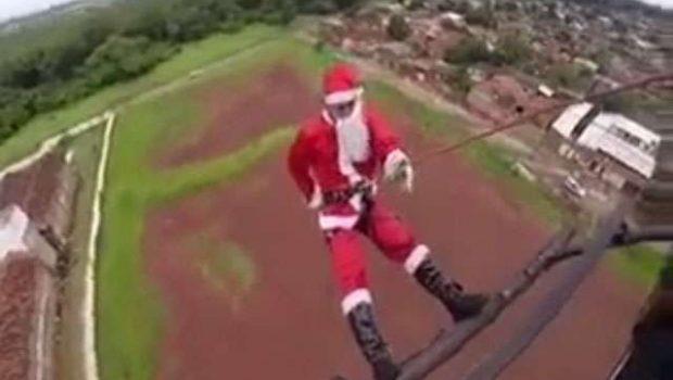 Papai Noel chega a Natal solidário da PM fazendo rapel em helicóptero; assista