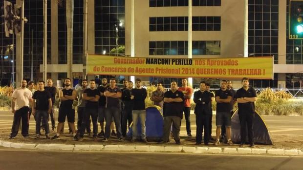 Aprovados em concurso para agente prisional em 2014 fazem manifestação na Praça Cívica
