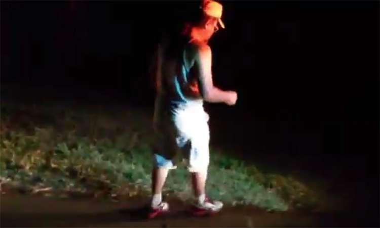 Motorista bêbado mal dá conta de ficar em pé ao ser abordado