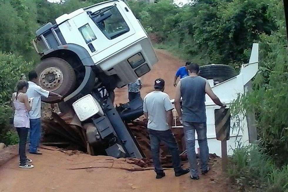 Ponte desaba com caminhão e isola povoados na zona rural de Niquelândia