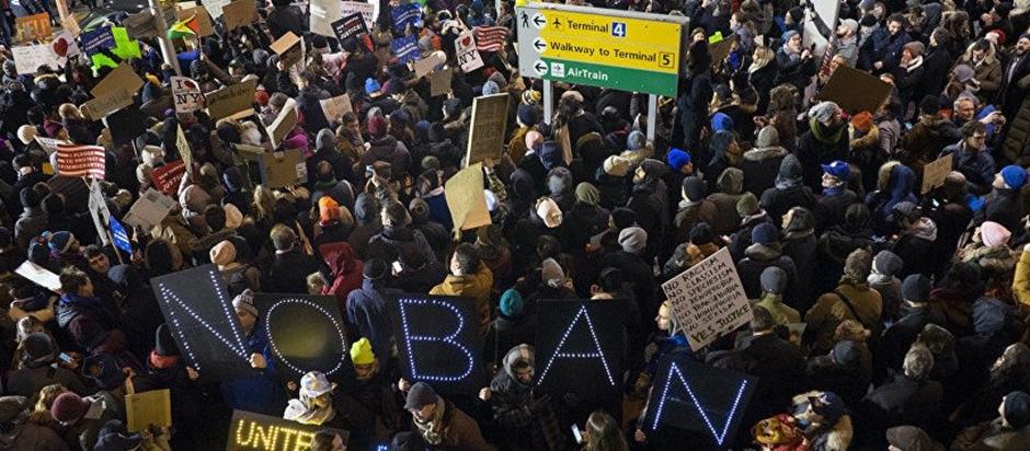 EUA: Milhares de pessoas protestam em aeroportos contra banimento de refugiados