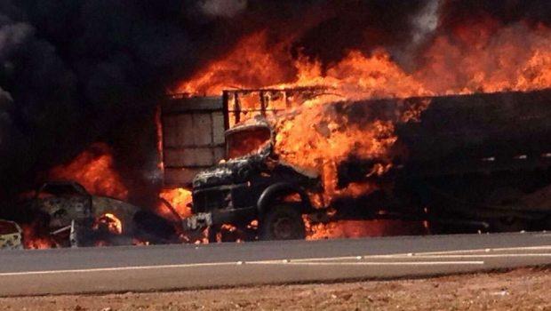 Incêndio destrói carro estacionados no pátio da PRF na BR-060, em Rio Verde