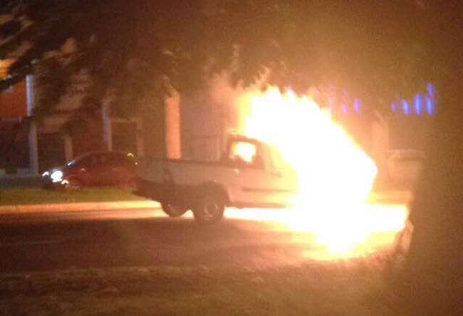 Carros pegam fogo em ruas de Goiânia