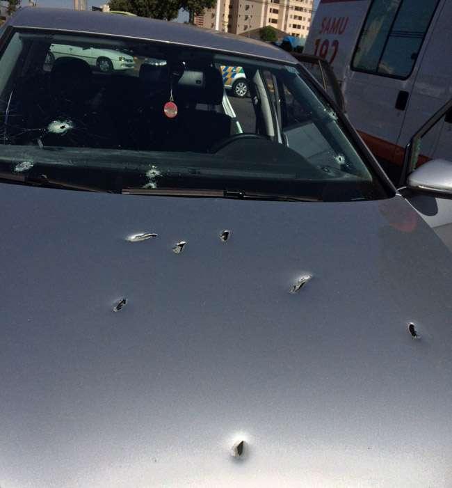Homem sobrevive após ter o carro atingido por mais de 20 tiros