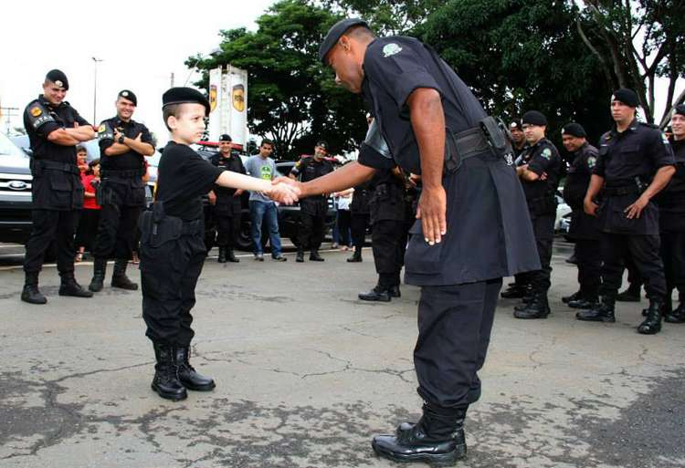 Com leucemia, garoto de 6 anos vira policial de Rotam por um dia