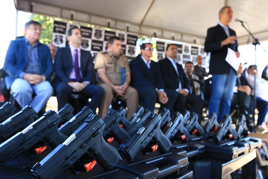 Governo entrega armas e equipamentos para delegacias do Entorno do DF