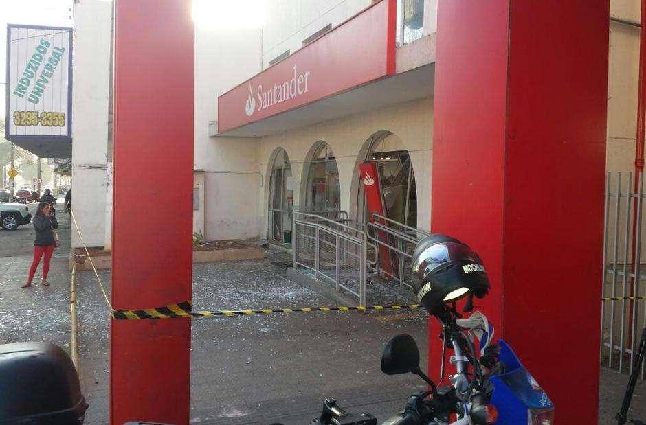 Bandidos explodem agência bancária no Setor Rodoviário, em Goiânia